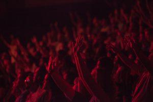 Como me conectar com Deus durante momentos de adoração corporativa?
