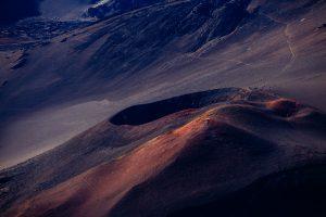 O Deus que habita os montes, escolhe andar com você nos desertos e nas provações.