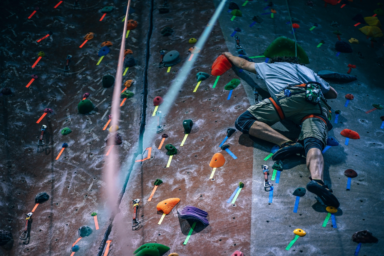 Deus que é forte faz homem escalar parede