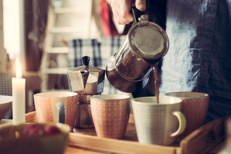 servir café em xícaras é dom
