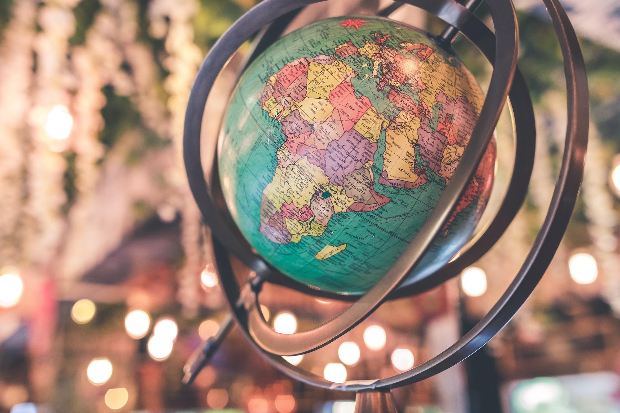 globo terrestre representa nação sendo transformada