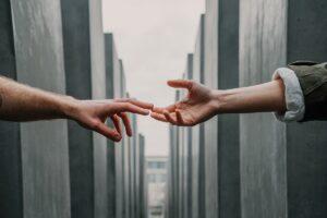 dando as mãos para a misericórdia e justiça