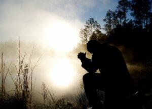homem orando a oração de Jesus