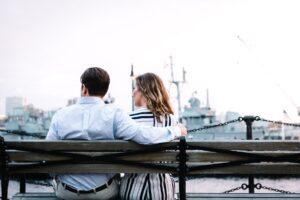 no banco homem pede perdão a mulher em frente ao navio